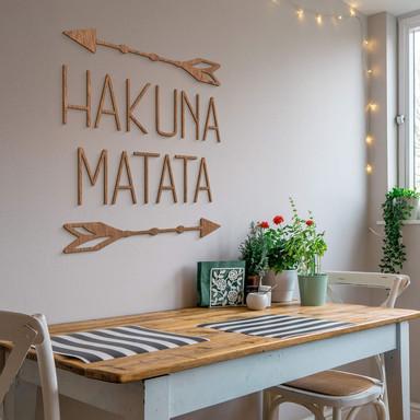 Holzbuchstaben Mahagoni Hakuna Matata mit Pfeilen