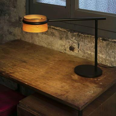LED Tischleuchte Loop aus Holz und schwarzem Metall