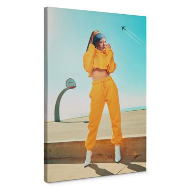 Leinwandbild Loose - Das Mädchen in der gelben Jogginghose