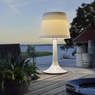 Dekorative Solar LED Tischleuchte Assisi aus Kunststoff in weiss, IP44