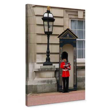 Leinwandbild Guarding the Buckingham Palace
