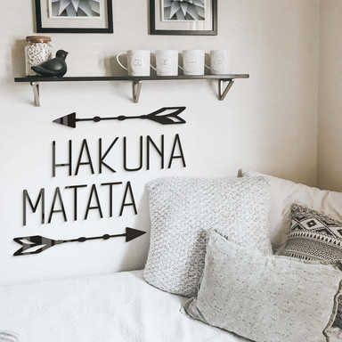 Acrylbuchstaben Hakuna Matata mit Pfeilen